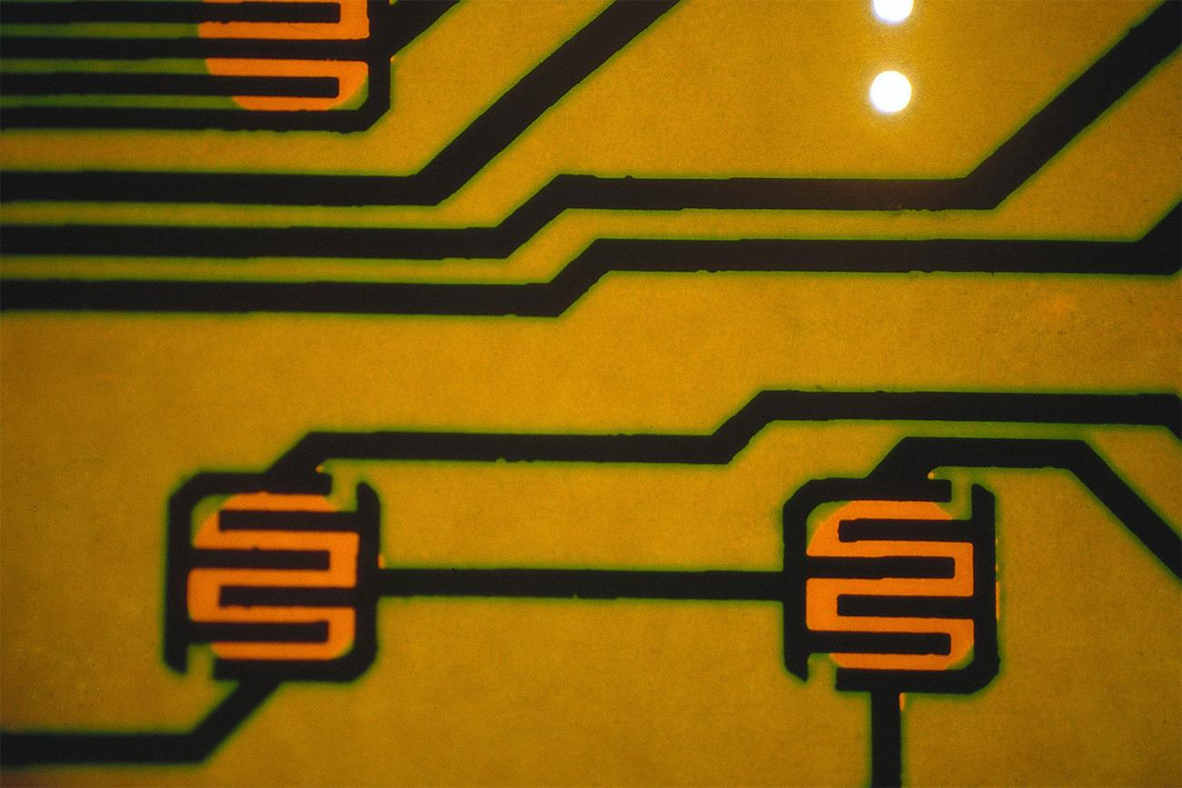 Close-up photo of the surface of a silicon semiconductor chip: WELLCOME COLLECTION/Paul Griggs. CC BY